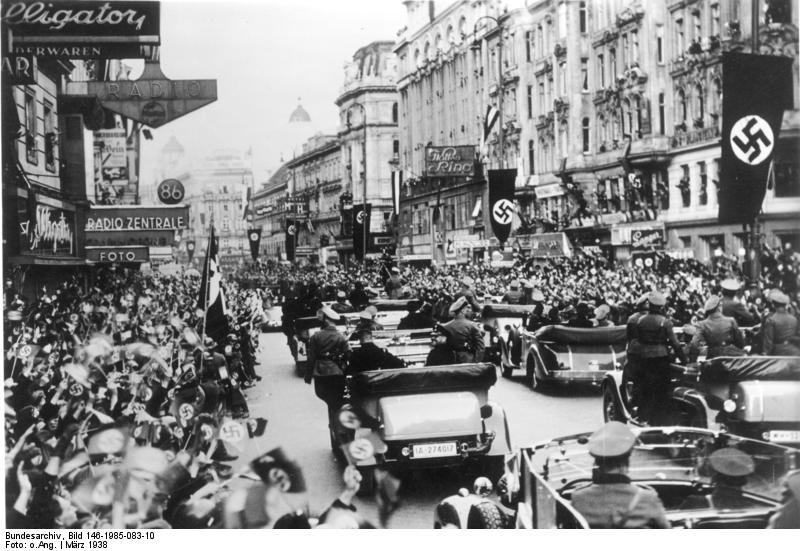 Des Führers Triumphfahrt durch das jubelnde Wien. Die Ankunft des Führers in Wien am Montagnachmittag gestaltete sich zu einem triumphalen Einzug, wie ihn wohl noch kein Staatsmann erlebte. Hunderttausende umsäumten viele Stunden vor der Ankunft der Wagenkolonne des Führers die Strassen und ihre Jubelrufe klangen dem Einiger aller Deutschen wie ein Orkan entgegen. 15.3.1938 [Herausgabedatum] Scherl Bilderdienst, Berlin